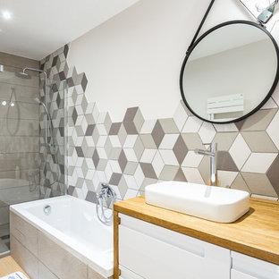 Idée de décoration pour une douche en alcôve principale design avec un placard à porte plane, des portes de placard blanches, une baignoire posée, un mur blanc, une vasque, un plan de toilette en bois, un sol marron et un plan de toilette marron.
