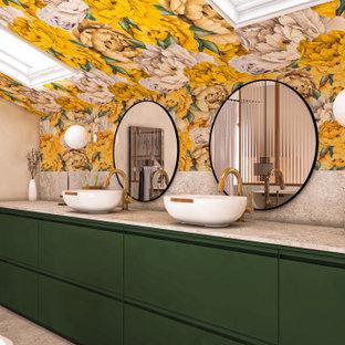 Immagine di una stanza da bagno country di medie dimensioni con vasca con piedi a zampa di leone, piastrelle grigie, piastrelle di pietra calcarea, pareti gialle, parquet chiaro, lavabo da incasso, pavimento grigio, due lavabi e carta da parati