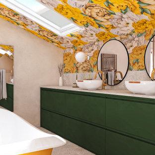 Inspiration pour une salle de bain principale design de taille moyenne avec une baignoire sur pieds, un mur jaune, un sol en bois clair, un lavabo posé, un sol gris, meuble double vasque, du papier peint, un placard à porte plane, des portes de placards vertess, un carrelage gris, un plan de toilette gris et meuble-lavabo encastré.