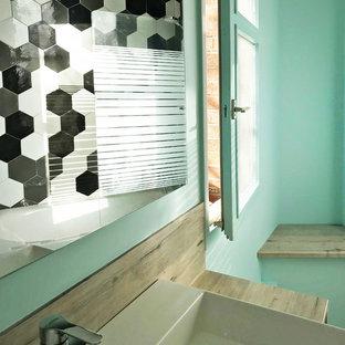 Diseño de cuarto de baño principal, actual, pequeño, con puertas de armario blancas, bañera exenta, baldosas y/o azulejos grises, baldosas y/o azulejos de porcelana, paredes azules, suelo de linóleo, lavabo encastrado, encimera de laminado y suelo gris