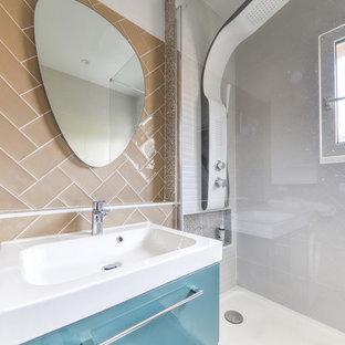 Esempio di una stanza da bagno con doccia minimal con doccia aperta, piastrelle marroni, pareti marroni, pavimento grigio e top turchese