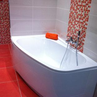 Foto de cuarto de baño principal, moderno, de tamaño medio, con bañera esquinera, baldosas y/o azulejos multicolor, suelo de baldosas de cerámica y suelo naranja