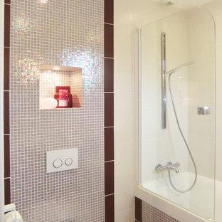 Idee per una piccola stanza da bagno per bambini minimal con vasca sottopiano, WC sospeso, piastrelle bianche, piastrelle in ceramica, pareti rosa, pavimento con piastrelle in ceramica, pavimento rosa e lavabo integrato