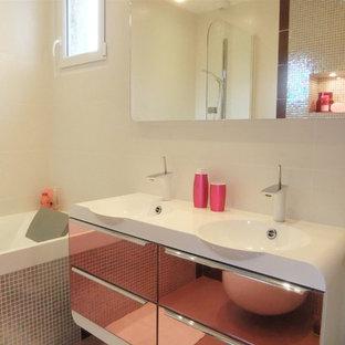 Idee per una piccola stanza da bagno per bambini design con vasca sottopiano, WC sospeso, piastrelle bianche, piastrelle in ceramica, pareti rosa, pavimento con piastrelle in ceramica, pavimento rosa e lavabo integrato