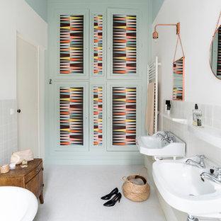 Inspiration Pour Une Salle De Bain Principale Nordique De Taille Moyenne  Avec Une Baignoire Sur Pieds