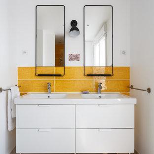 Aménagement d'une salle de bain contemporaine de taille moyenne avec un sol beige, un placard à porte plane, des portes de placard blanches, un mur blanc, un plan de toilette blanc, un carrelage jaune, des carreaux de céramique, un sol en travertin, une grande vasque, un plan de toilette en surface solide et aucune cabine.