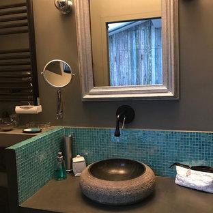 Ejemplo de cuarto de baño bohemio con ducha a ras de suelo, baldosas y/o azulejos azules, baldosas y/o azulejos de vidrio, lavabo encastrado y encimera de cemento