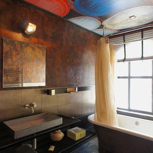 Exemple d'une salle de bain principale industrielle de taille moyenne avec une baignoire indépendante, un carrelage beige, un carrelage marron, un mur marron et une vasque.