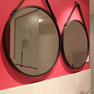 リールの中くらいのコンテンポラリースタイルのおしゃれな子供用バスルーム (白いキャビネット、ドロップイン型浴槽、オープン型シャワー、壁掛け式トイレ、白いタイル、セラミックタイル、ピンクの壁、セラミックタイルの床、ベッセル式洗面器、珪岩の洗面台) の写真