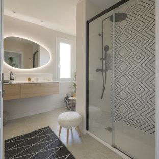 На фото: большая главная ванная комната в стиле современная классика с фасадами с декоративным кантом, светлыми деревянными фасадами, накладной ванной, душем в нише, черно-белой плиткой, керамической плиткой, бежевыми стенами, полом из керамической плитки, консольной раковиной, столешницей из ламината, бежевым полом, открытым душем и белой столешницей