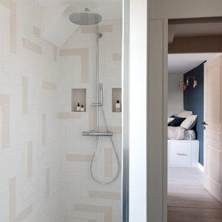 Ejemplo de cuarto de baño contemporáneo, grande, con baldosas y/o azulejos beige, baldosas y/o azulejos de cemento, suelo turquesa, ducha con puerta con bisagras y suelo de azulejos de cemento