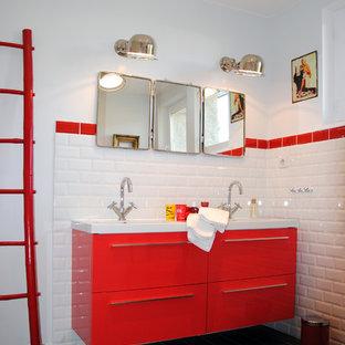 Aménagement d'une salle de bain contemporaine avec un placard à porte plane, des portes de placard rouges, un carrelage blanc, un carrelage métro et un mur blanc.