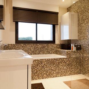 Exemple d'une salle de bain principale tendance de taille moyenne avec une baignoire encastrée, un carrelage multicolore, carrelage en mosaïque, un lavabo intégré et un mur multicolore.