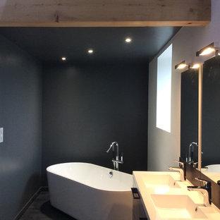 Esempio di una stanza da bagno con doccia contemporanea di medie dimensioni con ante grigie, vasca da incasso, doccia a filo pavimento, WC sospeso, pavimento in laminato, lavabo a consolle, top in laminato, pavimento grigio, doccia aperta, ante lisce e pareti grigie