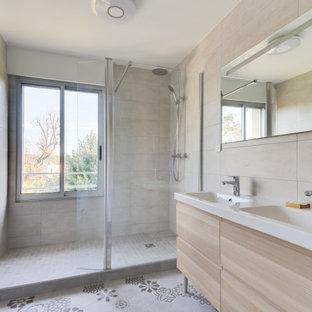 Aménagement d'une salle de bain contemporaine de taille moyenne avec un placard en trompe-l'oeil, des portes de placard en bois clair, un carrelage beige, un lavabo intégré, un sol multicolore, une cabine de douche à porte battante et un plan de toilette blanc.