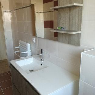 Ejemplo de cuarto de baño principal, moderno, de tamaño medio, con ducha abierta, sanitario de pared, baldosas y/o azulejos multicolor, paredes blancas, suelo de baldosas de cerámica, lavabo tipo consola, suelo rojo y ducha abierta