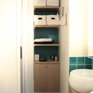 Идея дизайна: маленькая ванная комната в стиле лофт с душем в нише, инсталляцией, зеленой плиткой, зелеными стенами, полом из сланца, душевой кабиной, настольной раковиной, столешницей из дерева, серым полом и душем с раздвижными дверями
