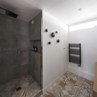 Immagine di una stanza da bagno padronale scandinava di medie dimensioni con ante bianche, doccia alcova, piastrelle grigie, piastrelle in terracotta, pareti bianche, pavimento con piastrelle in ceramica, lavabo a bacinella, top in legno, pavimento giallo e porta doccia a battente