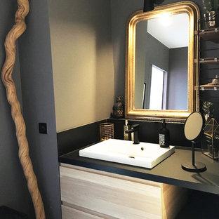 Ejemplo de cuarto de baño principal, nórdico, de tamaño medio, sin sin inodoro, con bañera esquinera, baldosas y/o azulejos blancos, baldosas y/o azulejos grises, baldosas y/o azulejos negros, baldosas y/o azulejos marrones, baldosas y/o azulejos de cerámica, lavabo integrado, encimera de laminado, ducha abierta, armarios con paneles lisos, puertas de armario de madera clara, paredes marrones, suelo de madera clara, suelo marrón y encimeras negras