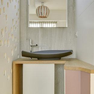 Ispirazione per una piccola sauna moderna con ante a filo, ante bianche, piastrelle marroni, piastrelle in ceramica, pareti bianche, pavimento in legno massello medio, lavabo da incasso, top in legno, pavimento marrone, porta doccia scorrevole e top marrone