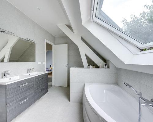 ralisation dune salle de bain principale design avec un placard porte plane