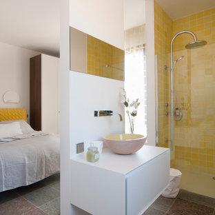 Cette image montre une salle d'eau design de taille moyenne avec une douche à l'italienne, un carrelage jaune, un mur blanc et une vasque.