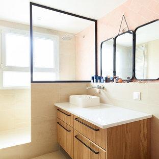 パリの中くらいのモダンスタイルのおしゃれなマスターバスルーム (茶色いキャビネット、オープン型シャワー、壁掛け式トイレ、ピンクのタイル、テラコッタタイル、ベージュの壁、オーバーカウンターシンク、珪岩の洗面台、ベージュの床、白い洗面カウンター) の写真