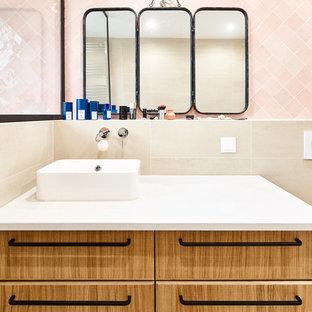 Idee per una stanza da bagno padronale moderna di medie dimensioni con ante marroni, doccia aperta, WC sospeso, piastrelle rosa, piastrelle in terracotta, pareti beige, lavabo da incasso e pavimento beige