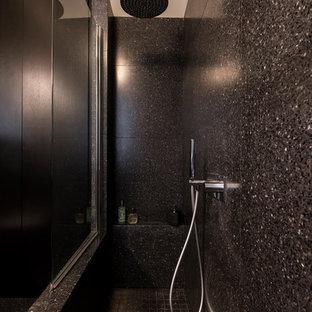 Réalisation d'une grand salle de bain minimaliste avec un mur blanc, un sol noir, une baignoire en alcôve, une douche à l'italienne, un WC suspendu, un carrelage noir, du carrelage en pierre calcaire, un sol en terrazzo, un plan vasque, un plan de toilette en terrazzo et un plan de toilette blanc.