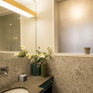 Esempio di una grande stanza da bagno moderna con pavimento in marmo, doccia a filo pavimento, WC sospeso, piastrelle multicolore, pareti multicolore, lavabo sottopiano, top alla veneziana, pavimento multicolore, porta doccia a battente e top grigio