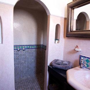 Ispirazione per una stanza da bagno con doccia mediterranea di medie dimensioni con doccia a filo pavimento, WC monopezzo, piastrelle multicolore, piastrelle in terracotta, pareti beige, pavimento in terracotta, lavabo integrato e top in cemento