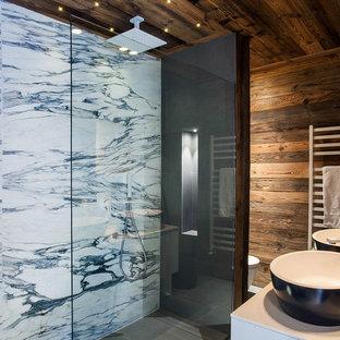 Exemple d'une salle d'eau montagne de taille moyenne avec un carrelage de pierre, une douche à l'italienne, un carrelage noir et blanc, une vasque et aucune cabine.
