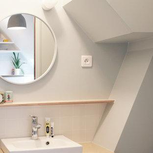 Exemple d'une petit salle d'eau tendance avec des portes de placard en bois clair, une douche ouverte, un carrelage blanc, un lavabo posé, un plan de toilette en bois, des carreaux de céramique, un mur gris et un plan de toilette beige.