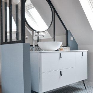 Idée de décoration pour une petit salle d'eau design avec un placard en trompe-l'oeil, des portes de placard blanches, un mur gris, une vasque, un sol gris et un plan de toilette blanc.