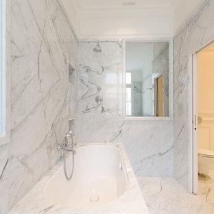 Exemple d'une salle de bain chic avec une baignoire encastrée, un carrelage blanc et un mur blanc.