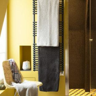 Immagine di una stanza da bagno con doccia bohémian di medie dimensioni con doccia a filo pavimento, piastrelle a mosaico, pareti gialle, pavimento con piastrelle in ceramica, lavabo da incasso, top in quarzo composito, pavimento giallo, porta doccia a battente, piastrelle gialle e pistrelle in bianco e nero