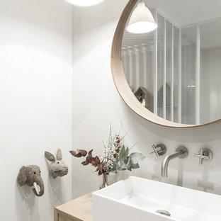 На фото: детская ванная комната среднего размера в скандинавском стиле с серыми фасадами, полновстраиваемой ванной, серыми стенами, полом из цементной плитки, накладной раковиной, столешницей из дерева и серым полом с