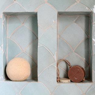 Idee per una stanza da bagno con doccia nordica di medie dimensioni con doccia a filo pavimento, piastrelle blu, pareti bianche, lavabo a consolle, top in legno e pavimento grigio