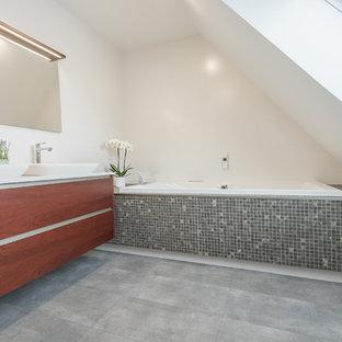 Exemple Du0027une Salle De Bain Tendance Avec Un Bain Bouillonnant, Un WC  Suspendu