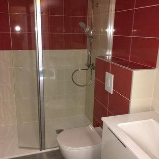 Immagine di una stanza da bagno con doccia contemporanea con doccia a filo pavimento, WC sospeso, piastrelle grigie, piastrelle in ceramica, pareti beige e lavabo rettangolare