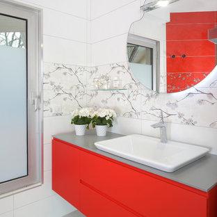 Modelo de cuarto de baño principal, minimalista, pequeño, con armarios con paneles lisos, puertas de armario rojas, ducha a ras de suelo, baldosas y/o azulejos blancos, baldosas y/o azulejos multicolor, baldosas y/o azulejos de cerámica, encimeras grises, paredes blancas, lavabo de seno grande, suelo gris y ducha con puerta con bisagras
