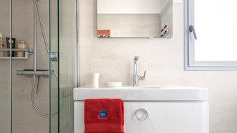 Salle de bain beige, lumineuse et spacieuse