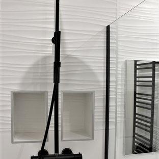 Idee per una piccola stanza da bagno padronale contemporanea con doccia a filo pavimento, piastrelle bianche, piastrelle in gres porcellanato, pareti bianche, pavimento con piastrelle in ceramica, lavabo a consolle, top in legno, pavimento nero e top nero