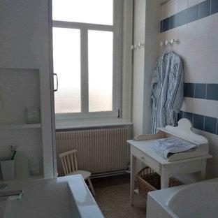 Esempio di una stanza da bagno padronale nordica di medie dimensioni con vasca da incasso, vasca/doccia, piastrelle blu, piastrelle in ceramica, pareti bianche, pavimento alla veneziana e lavabo a consolle
