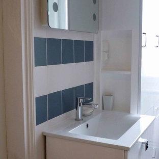 Foto di una stanza da bagno padronale scandinava di medie dimensioni con vasca da incasso, vasca/doccia, piastrelle blu, piastrelle in ceramica, pareti bianche, pavimento alla veneziana e lavabo a consolle
