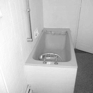 Idee per una stanza da bagno padronale scandinava di medie dimensioni con vasca da incasso, vasca/doccia, piastrelle blu, piastrelle in ceramica, pareti bianche, pavimento alla veneziana e lavabo a consolle