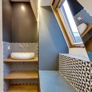 Inspiration pour une salle de bain principale design de taille moyenne avec un placard sans porte, un plan de toilette en bois, un sol marron, des portes de placard en bois clair, une baignoire encastrée, un combiné douche/baignoire, un WC séparé, un carrelage bleu, des carreaux de béton, un mur bleu, un sol en bois clair, une grande vasque et aucune cabine.