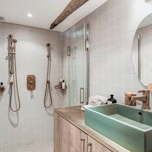 Cette image montre une petit salle de bain principale rustique avec un placard à porte affleurante, des portes de placard marrons, une douche à l'italienne, un WC séparé, un carrelage blanc, un carrelage gris, des carreaux de céramique, un mur gris, un sol en carrelage de porcelaine, un lavabo intégré, un plan de toilette en bois et un plan de toilette marron.