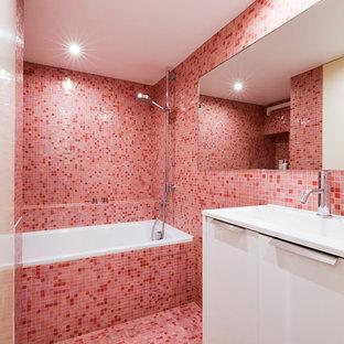 Imagen de cuarto de baño infantil, bohemio, pequeño, sin sin inodoro, con bañera encastrada sin remate, baldosas y/o azulejos rosa, paredes rosas, lavabo tipo consola, suelo rosa, ducha abierta, encimeras blancas, armarios con paneles lisos, puertas de armario blancas, baldosas y/o azulejos en mosaico, suelo con mosaicos de baldosas y encimera de acrílico
