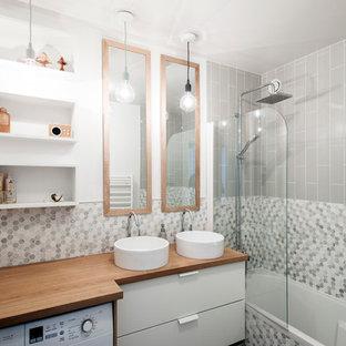 На фото: маленькая главная ванная комната в современном стиле с белыми фасадами, душем над ванной, раздельным унитазом, белой плиткой, серой плиткой, плиткой мозаикой, серыми стенами, настольной раковиной, столешницей из дерева, открытым душем и коричневой столешницей с
